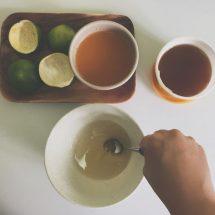 青蜜柑切半,利用湯匙刮取果肉並榨汁