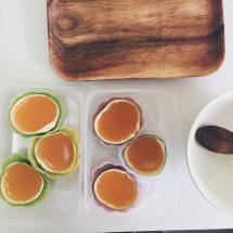 將青蜜柑果汁液倒進果樣,合上盒蓋放進雪櫃