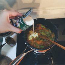 加入咖哩醬、椰漿及少許鹽調味即成素菜咖哩汁